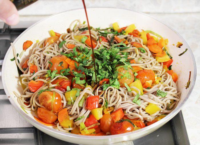 Фото рецепта - Гречневая лапша с овощами в соевом соусе - шаг 7