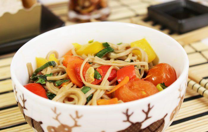 Фото рецепта - Гречневая лапша с овощами в соевом соусе - шаг 8