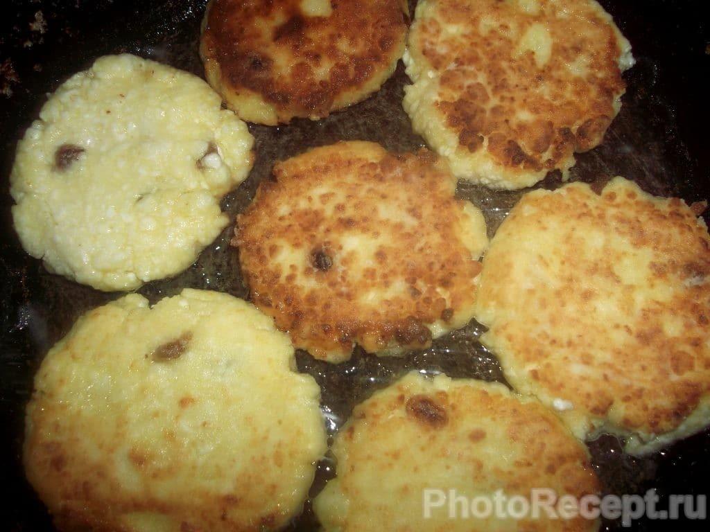 Фото рецепта - Сырники с карамелизированными фруктами - шаг 7