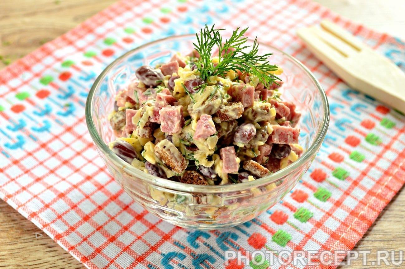 Салат из консервированной фасоли и сухариков рецепт