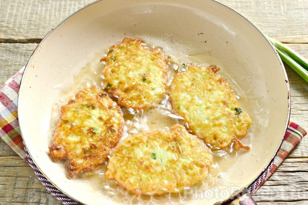 Фото рецепта - Драники из кабачка с зеленью - шаг 8