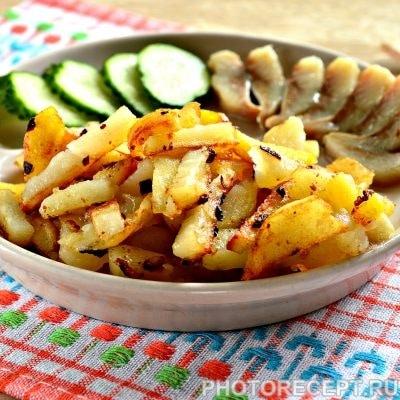 Жареная картошка с луком на сковороде - рецепт с фото