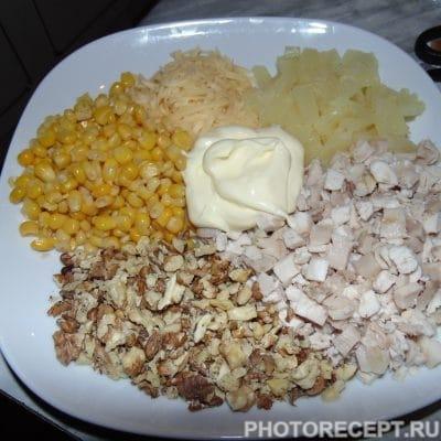Салат с ананасом «Новогодний» - рецепт с фото