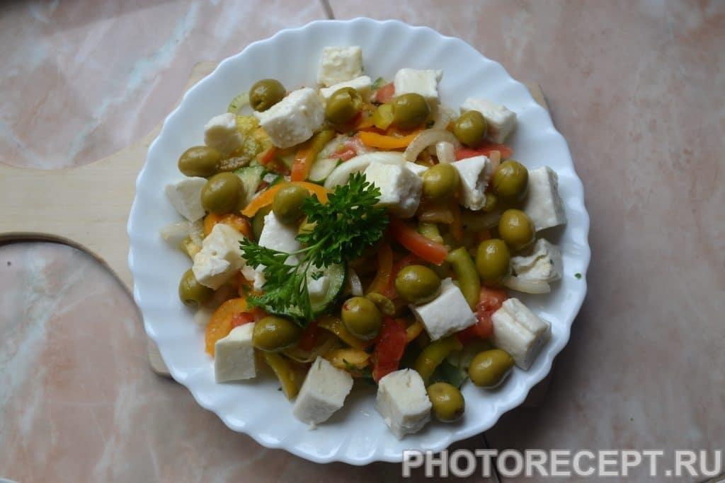 Фото рецепта - Греческий салат с оливками и домашней брынзой - шаг 9