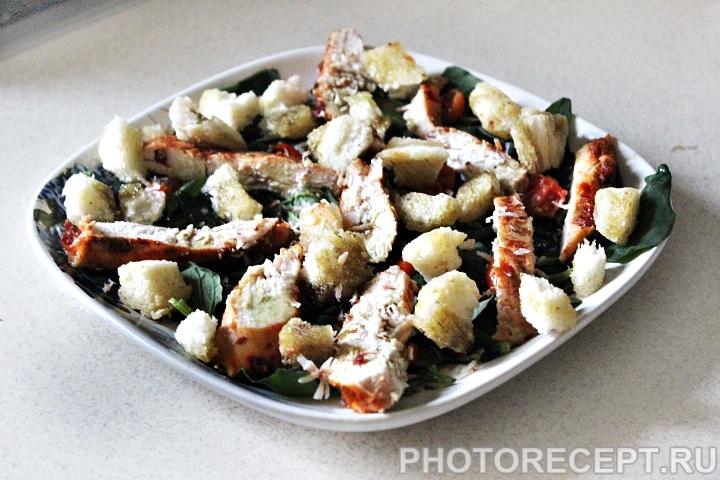 Салат «Цезарь» с шпинатом