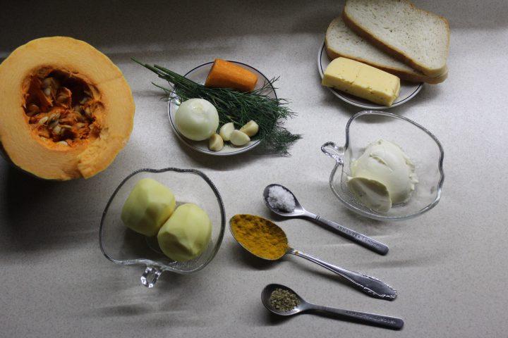 Фото рецепта - Тыквенный суп-пюре с чесночными сухариками и сыром - шаг 1