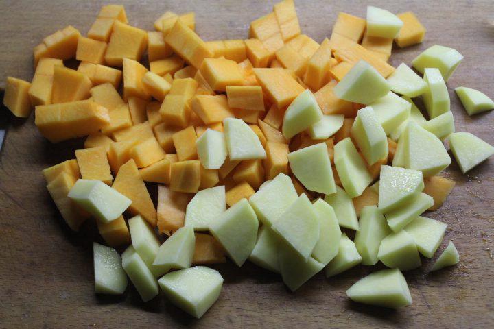 Фото рецепта - Тыквенный суп-пюре с чесночными сухариками и сыром - шаг 2