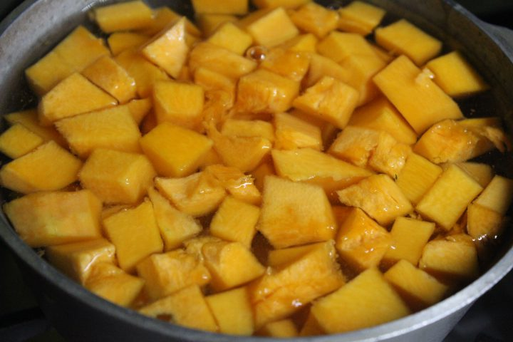 Фото рецепта - Тыквенный суп-пюре с чесночными сухариками и сыром - шаг 4