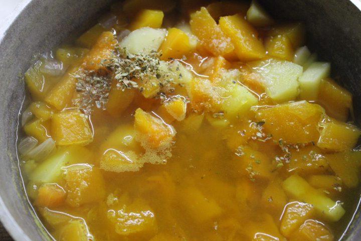 Фото рецепта - Тыквенный суп-пюре с чесночными сухариками и сыром - шаг 9