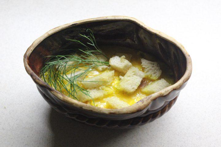 Тыквенный суп-пюре с чесночными сухариками и сыром