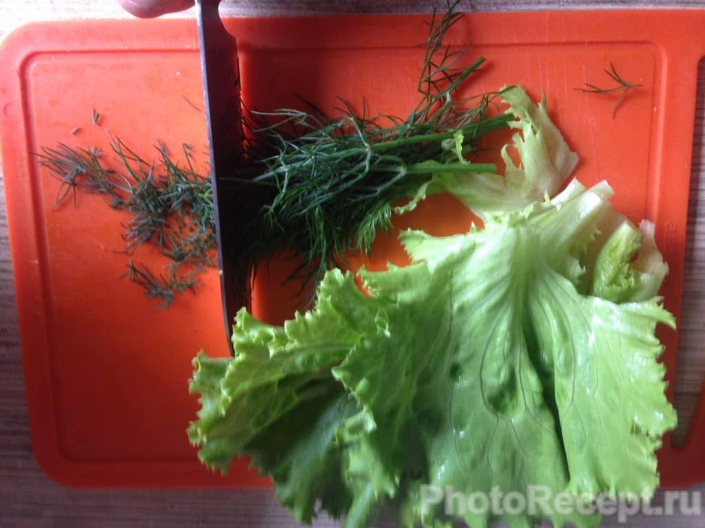 Фото рецепта - Салат из огурцов и кукурузы - шаг 2
