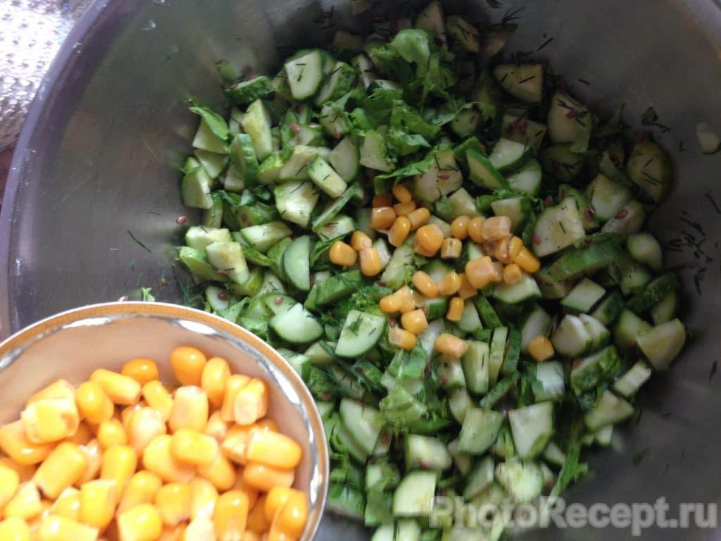 Фото рецепта - Салат из огурцов и кукурузы - шаг 5