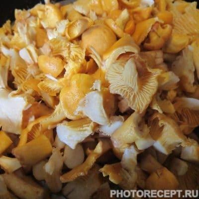 Фото рецепта - Тёплый салат с лисичками - шаг 2