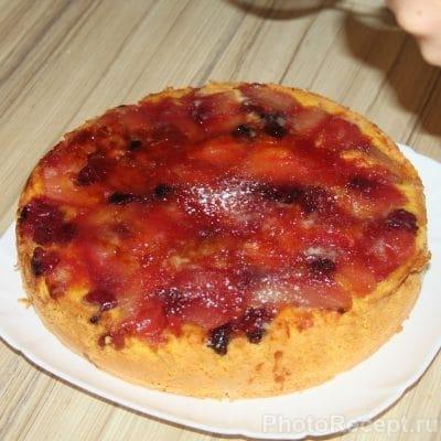 Фото рецепта - Шарлотка с карамелизированной вишней и яблоками - шаг 7