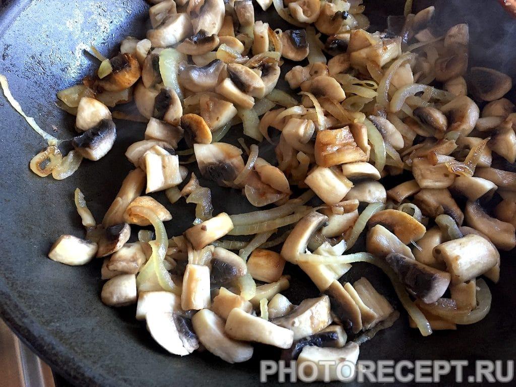 Фото рецепта - Ароматная жареная картошка с грибами - шаг 4