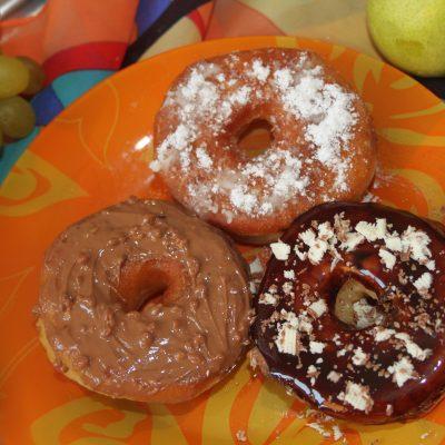 Пончики с шоколадной глазурью и сахарной пудрой - рецепт с фото