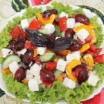 Греческий салат с виноградом и без лука