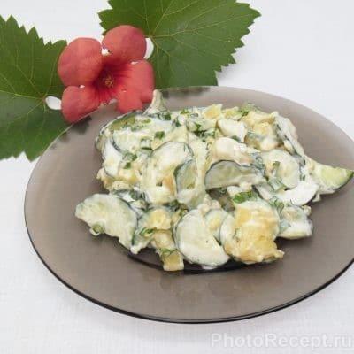 Сытный и быстрый салат из огурцов - рецепт с фото