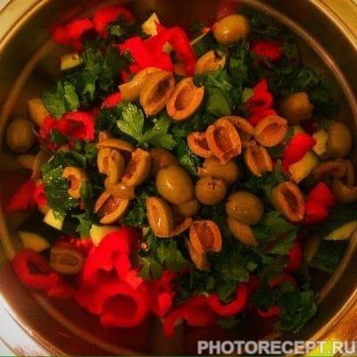 Фото рецепта - Греческий салат с твердым сыром - шаг 6