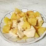 Куриное филе с яблоками и луком