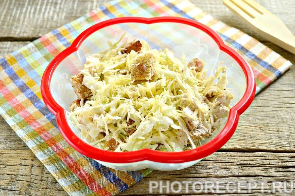 Фото рецепта - Простой салат Цезарь с белокочанной капустой - шаг 9