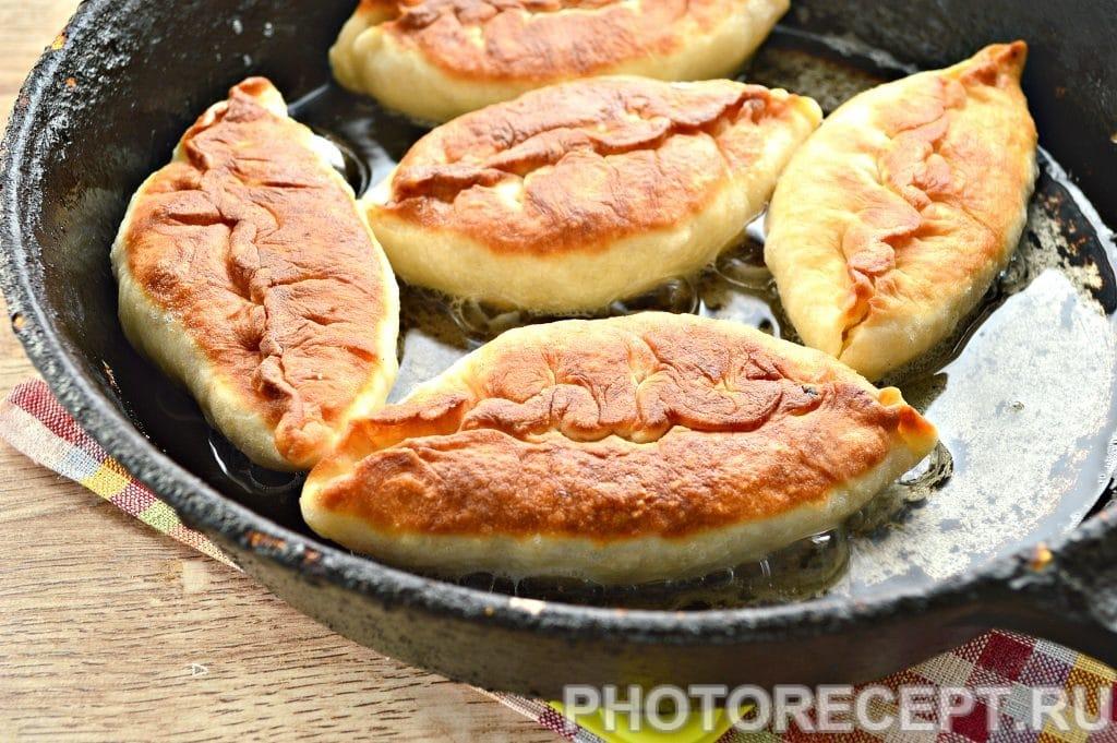 Фото рецепта - Жареные пирожки с капустой - шаг 12