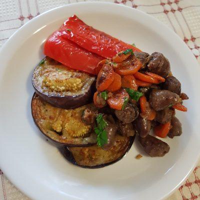 Нежные куриные сердечки с овощами - рецепт с фото
