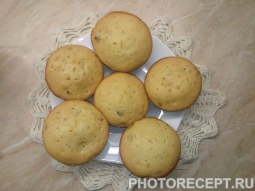 Фото рецепта - Домашние кексы с изюмом на кефире - шаг 8