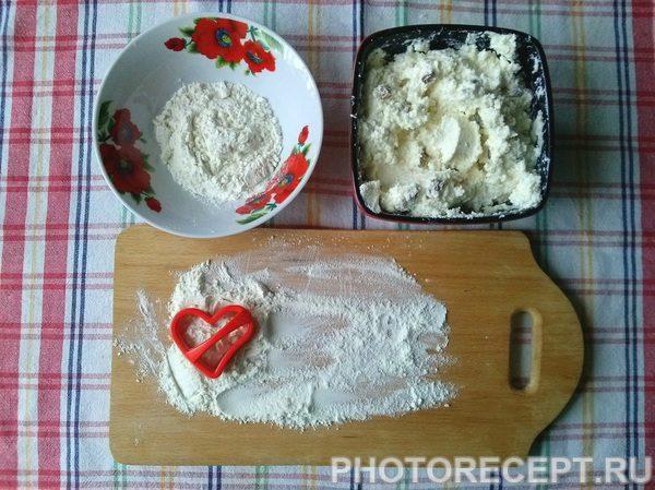 Фото рецепта - Сырники из творога с манкой «Сладкие сердца» - шаг 3