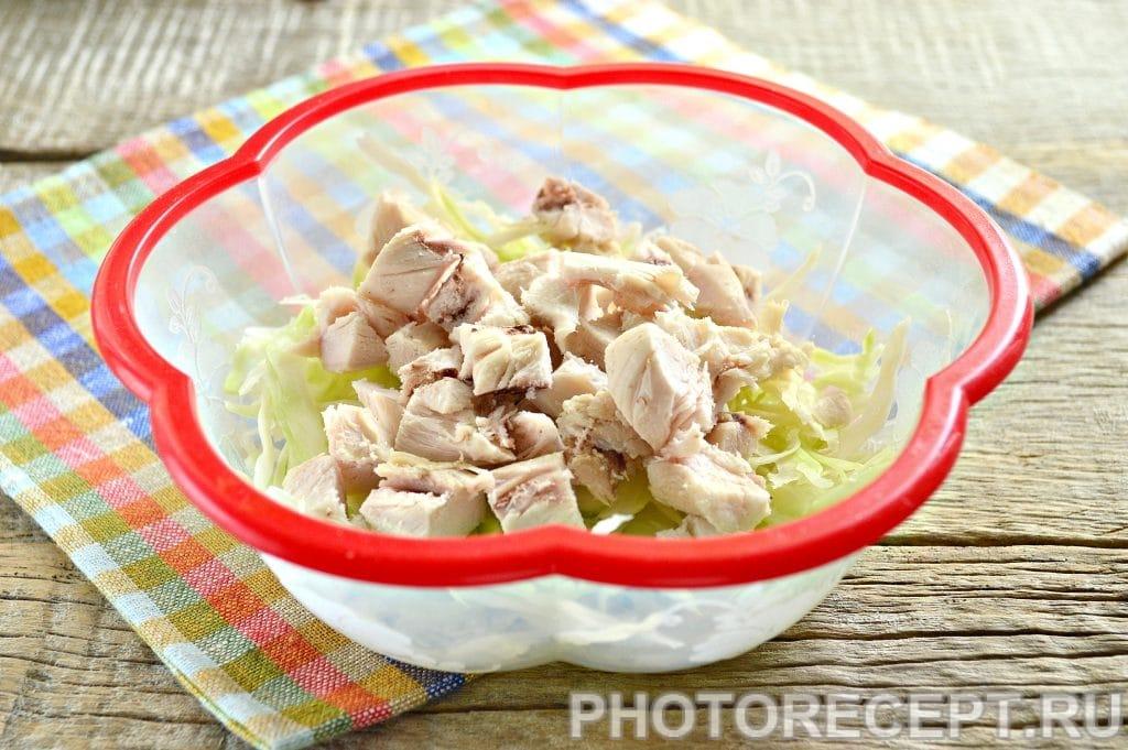 Фото рецепта - Простой салат Цезарь с белокочанной капустой - шаг 4
