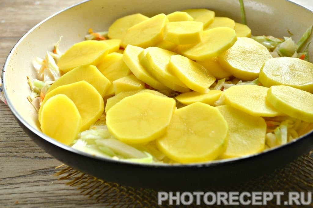 Фото рецепта - Картошка с капустой на сковороде - шаг 4