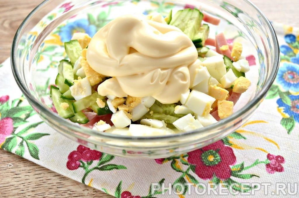 Фото рецепта - Салат с крабовыми палочками и ветчиной - шаг 5