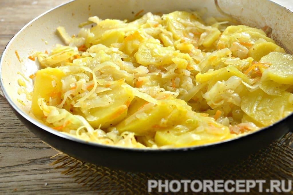 Фото рецепта - Картошка с капустой на сковороде - шаг 6