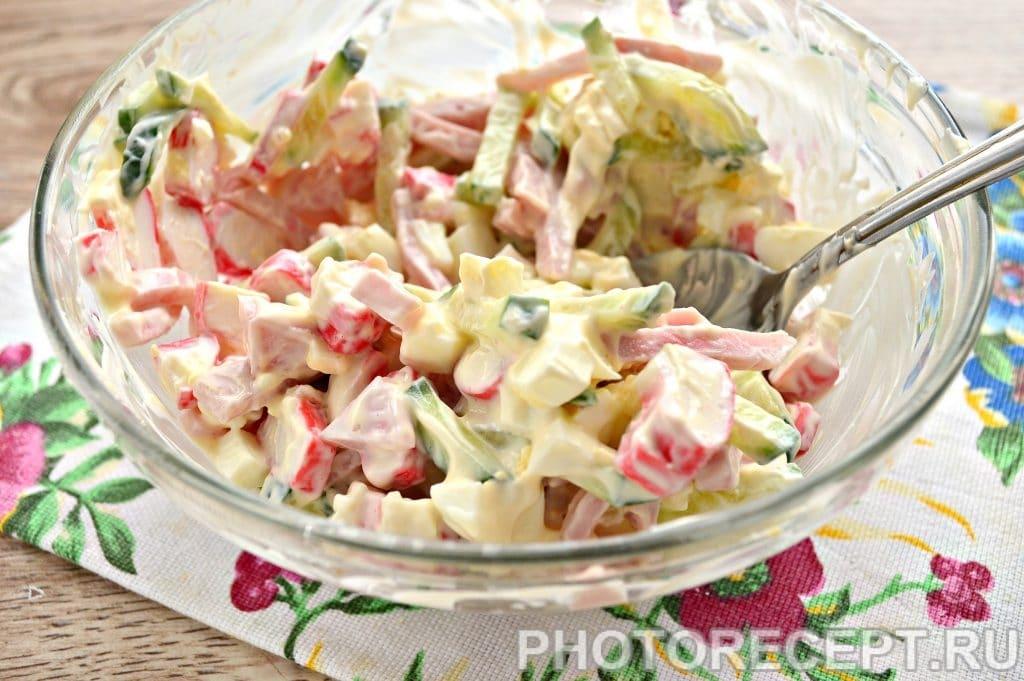 Фото рецепта - Салат с крабовыми палочками и ветчиной - шаг 6