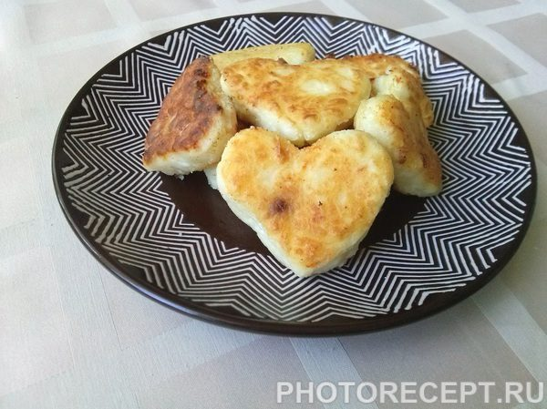 Фото рецепта - Сырники из творога с манкой «Сладкие сердца» - шаг 6