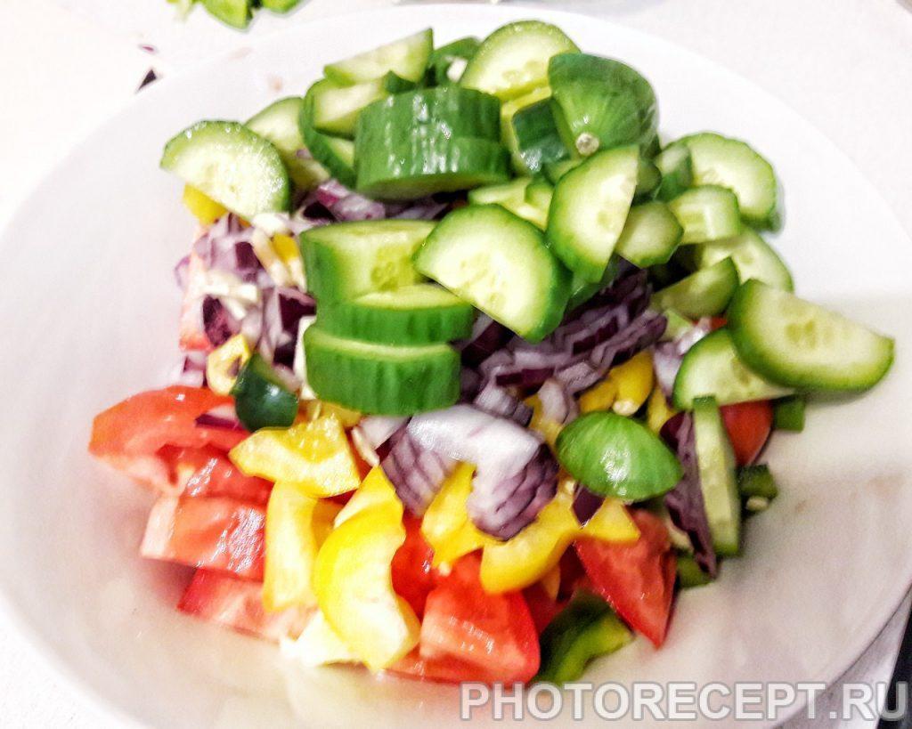 Фото рецепта - Салат из помидоров, огурцов и перца - шаг 4