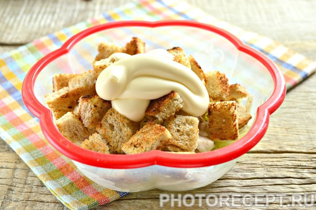 Фото рецепта - Простой салат Цезарь с белокочанной капустой - шаг 7