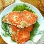 Куриное филе, запеченное под грибным соусом и помидорами