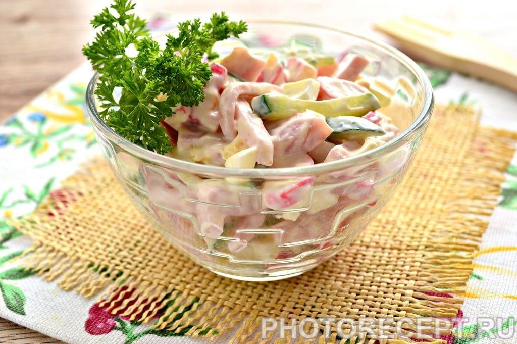 Фото рецепта - Салат с крабовыми палочками и ветчиной - шаг 8