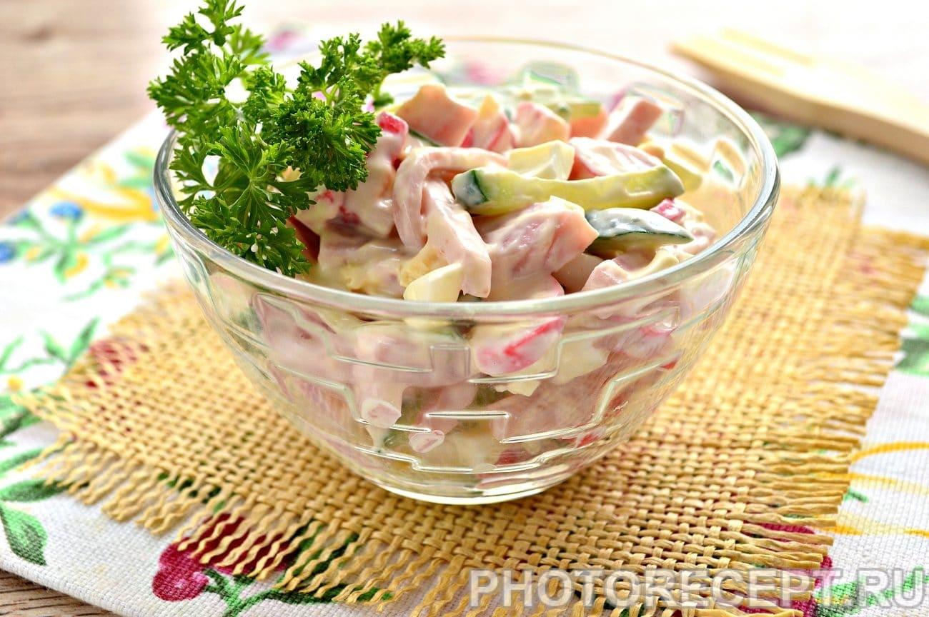 Салат с крабовыми палочками и ветчиной