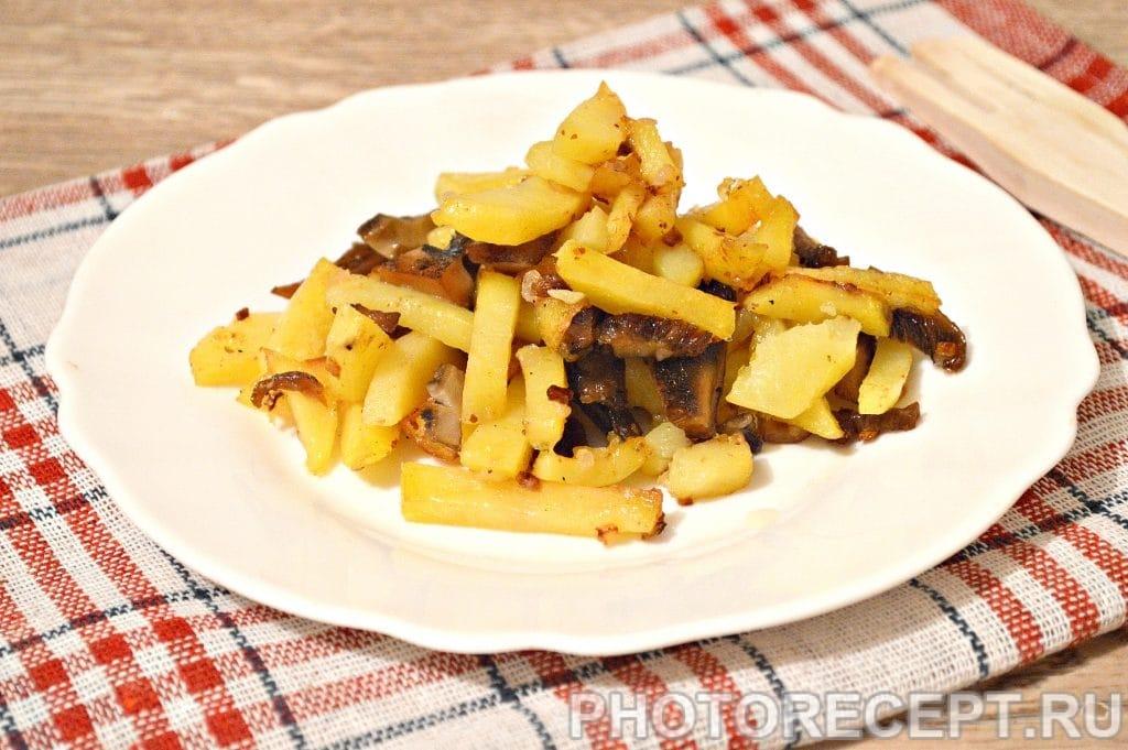 Фото рецепта - Жареная картошка с замороженными грибами - шаг 9