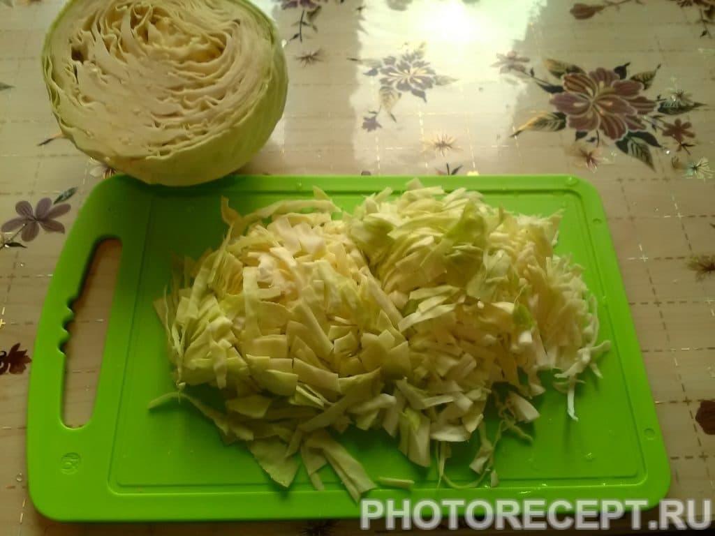 Фото рецепта - Бигус из свежей капусты с колбасой и мятой - шаг 2