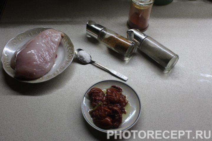 Фото рецепта - Курица на сковороде с вялеными томатами - шаг 1