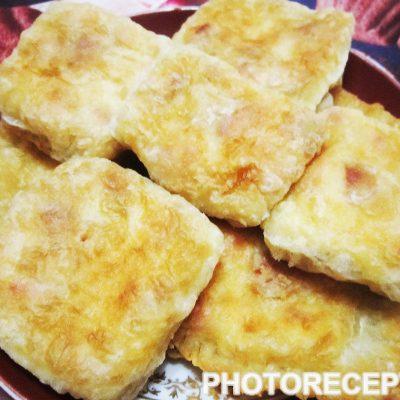 Жареные слойки с колбасой и сыром - рецепт с фото