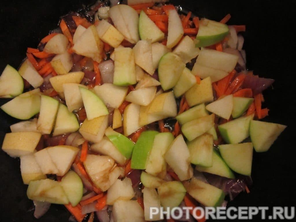Фото рецепта - Куриные бёдрышки с рисом, грушей и яблоком - шаг 2