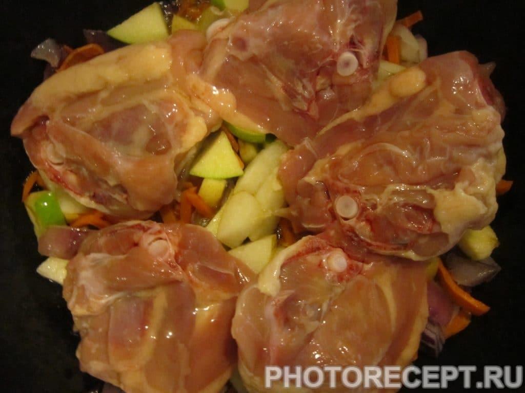 Фото рецепта - Куриные бёдрышки с рисом, грушей и яблоком - шаг 3