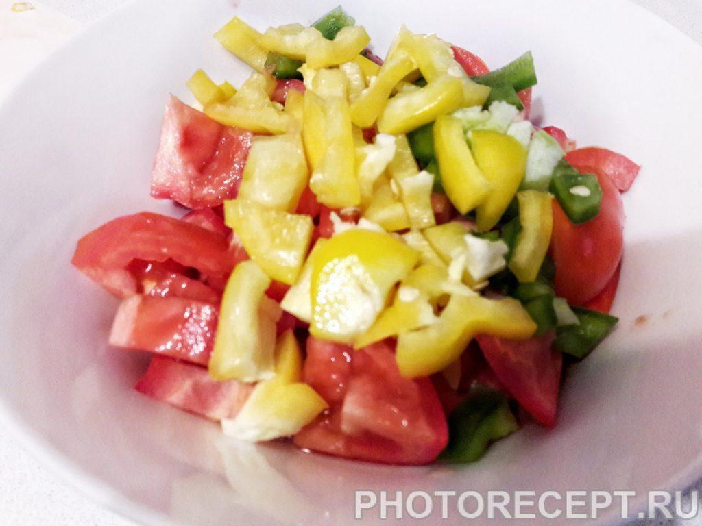 Фото рецепта - Салат из помидоров, огурцов и перца - шаг 2