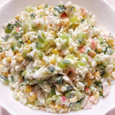 Салат с крабовыми палочками - рецепт с фото