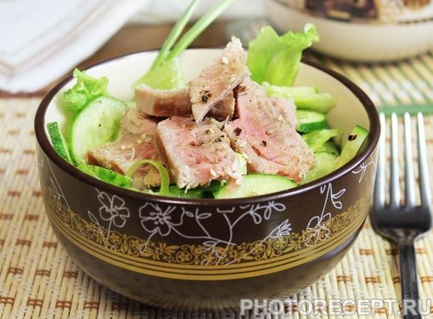Рыбный салат с огурцами и тунцом