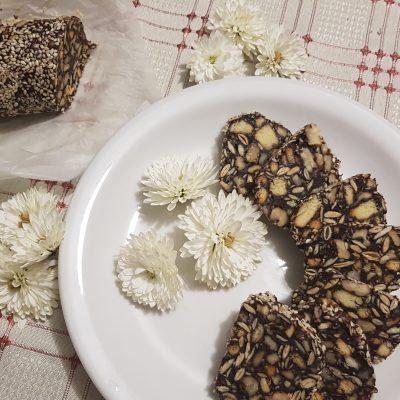 Домашняя шоколадная колбаска из печенья - рецепт с фото